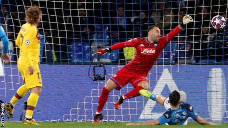 David Ospina, Napoli goalie, dribbles Lionel Messi in Champions League tie